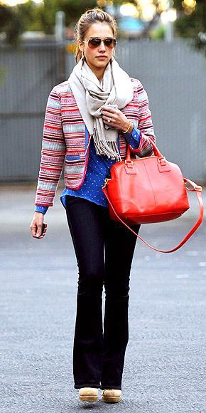 Jessica Alba'nın kocaman bir çanta koleksiyonu olabilir, ama o turuncu Alexander Wang çantasını yanından ayırmıyor.