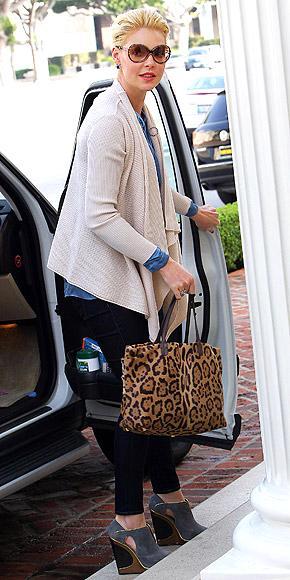 Grey's Anathomy dizisiyle üne kavuşan Katherine Heighl ise vahşi yanını yanından hiç ayırmadığı leopar desenli çantasıyla ortaya çıkarıyor.