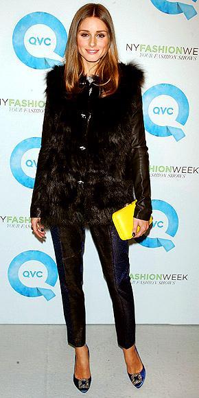 Siyah bir kombinasyona renk katmanın en iyi yolu, parlak renkli bir portföy çantadır. Olivia Palermo da sık sık kullandığı sarı çantasıyla kıyafetlerine renk katıyor.