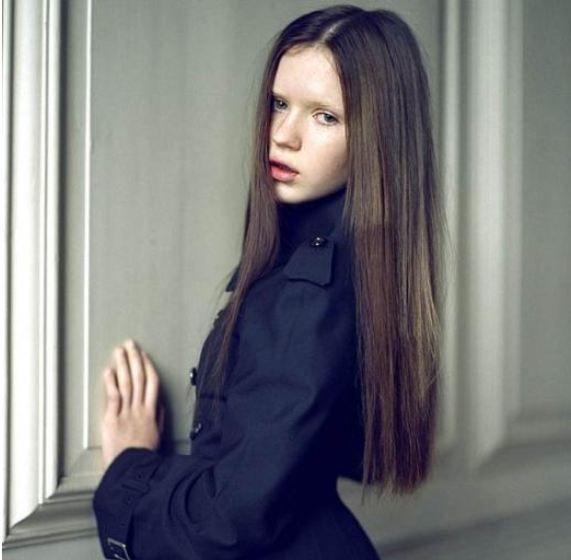 Bu güzel küçük kız henüz 13 yaşında ama modellik kariyerine başladı bile. Elle Clancy de ablası Abbey Clancy'nın izinden gidip onun mesleğini seçti.