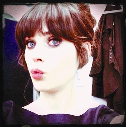 New Girl dizisinin güzel yıldızı Zooey Deschanel, yeni saçlarıyla objektif karşısına geçip bu pozu verdi.