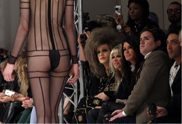 New York ve İstanbul moda haftalarının ardından başlayan Londra Moda Haftası'nda podyumda cesur tanıtımlar dikkat çekti.