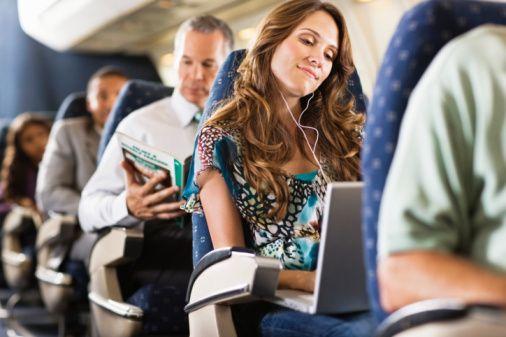 """İtalyan havacılık sitesi """"Skyscanner"""", 1850 uluslararası yolcu arasında yaptığı anketle """"uçakta yolculuk yapanların yan koltukta oturmasını istemedikleri 10 yolcu tipini"""" ortaya çıkardı."""