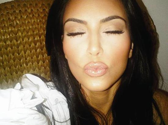 Binlerce takipçisi olan yıldızlar hayranlarına böyle teşekkür ediyor.   Kim Kardashian, İspanyol hayranlarına iyi dileklerini bu öpücükle sundu.