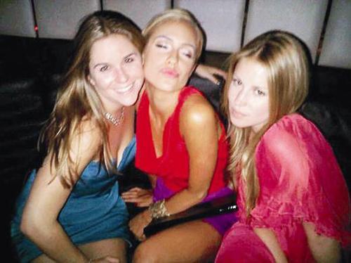 Hamile olan Kristin Cavallari, gece gezmesinde yakın arkadaşları Stephanie Biegel ve Audra Griffis ile objektiflere böyle öpücük yolladı