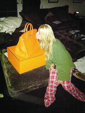 Jessica Simpson, Hermes Birkin model yeni çantasını öptü. Bu çantayı ünlü yıldıza doğum gününde nişanlısı Eric Johnson hediye etti.