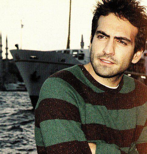 Buğra Gülsoy   22 Şubat 1982 doğumlu olan aktörün burcu balık.   Kaynak: Hürriyet