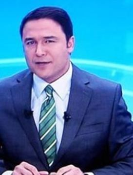 Dekor kafasına geçti   Türkiye'nin ilk özel televizyonu Magic Box'ın haber spikerlerinden Kaan Yakuphanoğullarından'ın başına güldüren bir olay geldi...