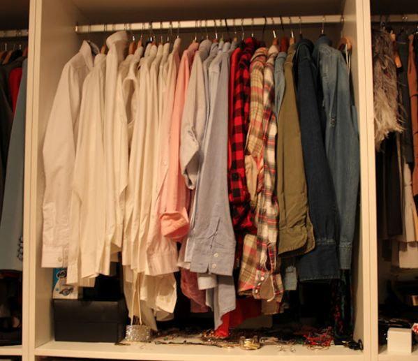 """Gömlekler dolapta """"ciddiyet"""" sırasına göre asılmış. Sol tarafta beyaz ve maviler sağda da rengarenk olanlar."""