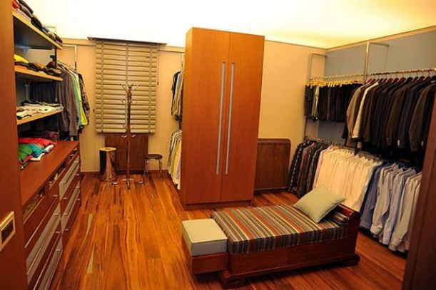Terim'in giyinme odası da orta ölçekli bir giyim mağazısını aratmayacak türden.