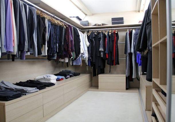 Akbağ'ın gardrobunun vazgeçilmez parçaları kot pantolonlar, beyaz tişörtler ve gömlekler.