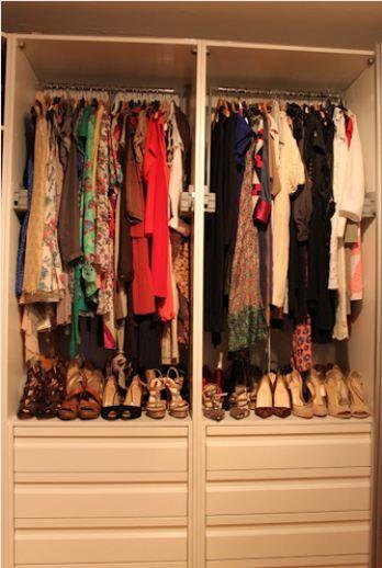 Rengarenk elbiseler ve onları tamamlayan ayakkabılar.
