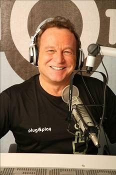 Cem Ceminay Can Bono daha klasik yapamayacak kadar yeni anlamadim yani iyi mi kotu mu? Sarki iyi ama kareografi eksik cok bir tek basina kalmis arkadaki orkestra yetersiz yanina dansci kizlar gerek!Basarilar:))