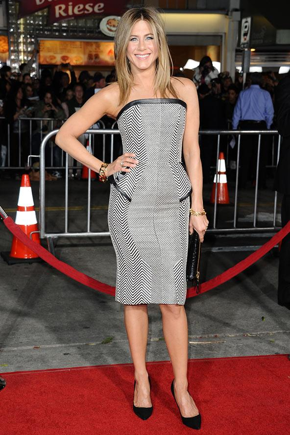 Jennifer Aniston, şekilleri yanlarda genişleyen monokrom elbisesiyle belini çok daha ince göstermiş.