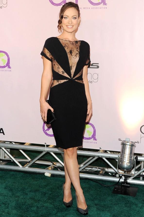 Yine bir Stella McCartney elbise, bu kez Olivia Wilde'ın üzerinde. Ortaya doğru gelen çarkıfelek etkisi yaratan kesimler belinin daha ince görünmesine sebep olmuş.