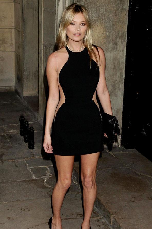 Kate Moss kenarları transparan elbisesiyle kum saati görünümünü kolaylıkla yakalamış.