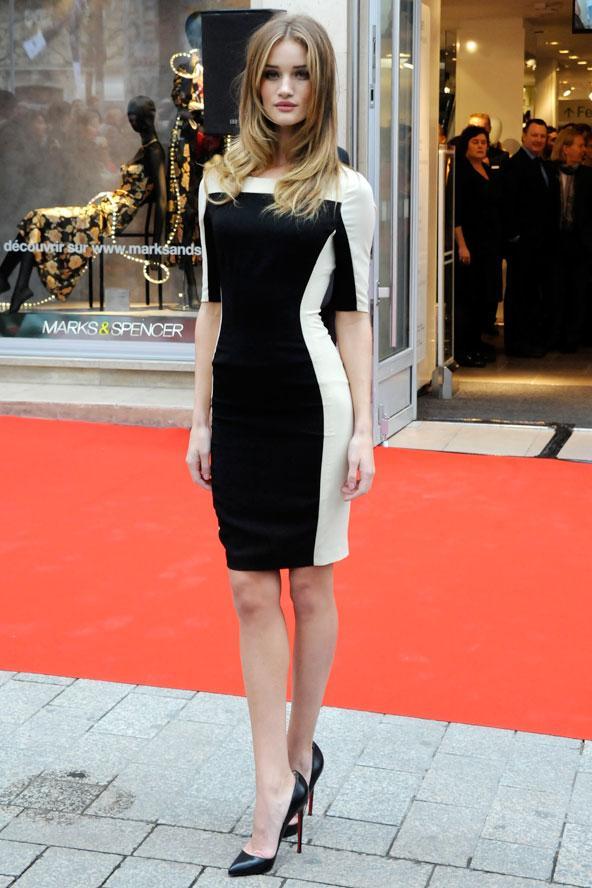 Rosie Huntington-Whiteley'in Autograph for H&M elbisesi yanlarındaki beyaz şeritler sayesinde daha da ince görünmesine sebep olmuş.