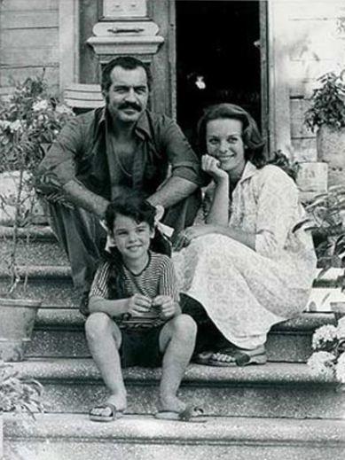 Türk filmlerinin en sevilen çocuk yıldızlarıydı onlar. Pek çok filmde başrol oynadılar, gönüllere taht kurdular. Ve her biri de anlaşmış gibi gençlik yıllarında sinemayı bırakıp ortalardan kayboldular. Kimi evlenip ailesini şöhrete tercih etti kimi iş değiştirdi...