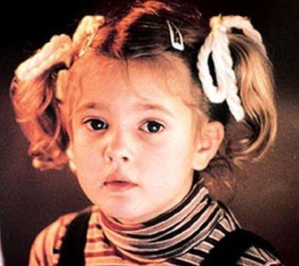 1975 doğumlu Drew Barrymore beyazperdenin harika çocuğu Steven Spielberg'in E.T. adlı filminde oynadığında henüz 7 yaşındaydı.