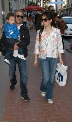 Ezel'in Kertepen Ali'si Barış Falay ve eşi Esra Ronabar'ın Mavi Rüzgar adında bir oğulları var.