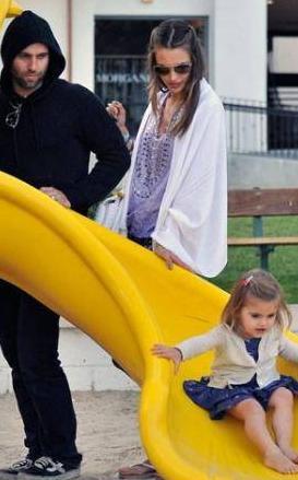Top model Alessandra Ambrosio ve nişanlısı Jamie Mazur bütün boş vakitlerini minik kızları Anja'ya adamış.