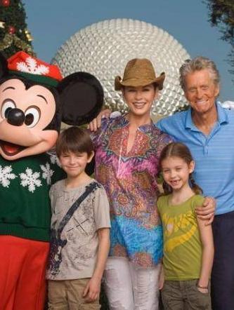 Michael Douglas ve Catherine Zeta Jones, iki elleri kanda da olsa çocuklarını asla yalnız bırakmıyor.