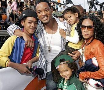Will Smith ve eşi Jada Pinkett Smith'in çocuklarıyla birlikte çizdiği mutlu aile tablolarından biri.