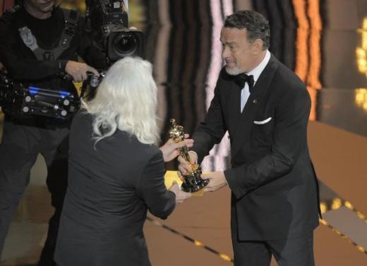 """Sinema dünyasının en prestijli ödülleri kabul edilen Oscarlar, Los Angeles'taki Kodak Tiyatrosu'nda Billy Crystal'in sunuculuğunu yaptığı törenle sahiplerini buldu. The Artist"""" filmi, En İyi Film, En İyi Yönetmen ve En İyi Erkek Oyuncu ödüllerini aldı."""