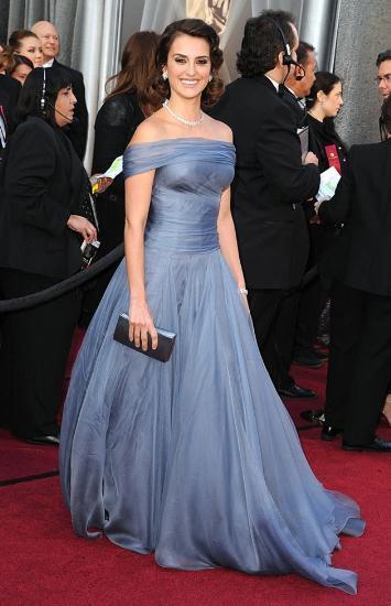 Dünyaca ünlü yıldızlar her yıl olduğu gibi bu yıl da 'Kırmızı Halı'da göz kamaştırdı. İşte Penelope Cruz'dan Gwyneth Paltrow'a, Milla Jovovich'den, Meryl Streep'e kadar pek çok yıldız kırımız halıda gazetecilere poz verdi. Gecenin ardından ise akıllarda kalan Gwyneth Paltrow'un Tom Ford ve Angelina Jolie'nin Versace imzalı elbiseleri oldu.  Penelope Cruz / Armani Privé