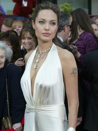 Bu tabii ki bir çok yıldızın ilk kez kırmızı halıda yürüyüşü değildi. Örneğn bu fotoğraf 2004 yılından kalma. Angelina Jolie, 2004 yılındaki 76. Geleneksel Oscar Ödülleri Töreni'nde gecenin Yunan tanrıçaları gibi parlayan ismi oldu. Marc Bauwer saten tuvaletiyle kendine çok güvenen, şık bir görünümü vardı.  Ünlü yıldızların dünden bugüne Oscar stillerini görmek için tıklayın!