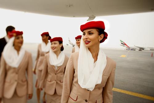 Dördüncü sırada ise Dubai merkezli Emirates Havayolları aldı. Bölge pazarında ciddi bir yere sahip havayolunun kabin memurlarının muhafazakar çizgilere sahip üniformalarının ana renkleri bej.
