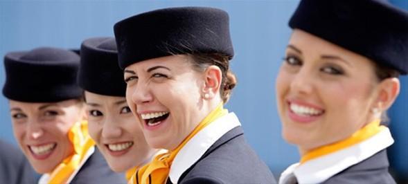 Lufthansa'nın ana renkleri lacivert ve sarı, üniformalarda da uyum içinde.