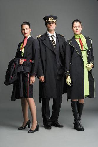 Portekizli TAP Havayolları'nın üniformalarında şirket renkleri modern çizgilerle birleştirilmiş.
