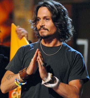 Johnny Depp 9 Haziran 1963 doğumlu. Depp ikizler burcu.