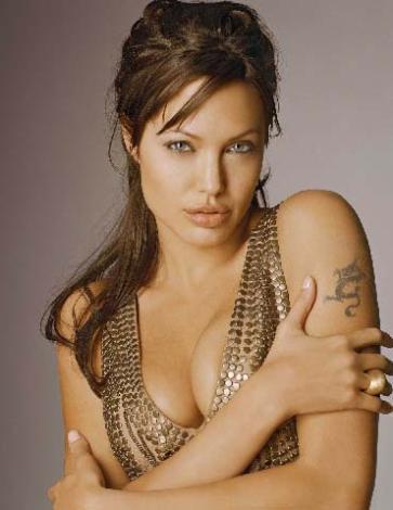 Angelina Jolie 4 Haziran 1975 doğumlu olan Jolie de ikizler burcu.