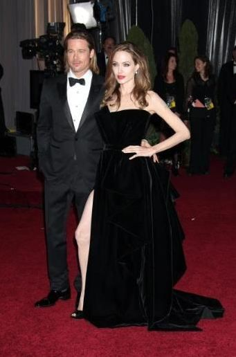 Angelina jolie'nin tek çirkinliği bedenine uymayan bacakları. İnatla yırtmaç yapıp gözünüze sokacağım demese keşke..