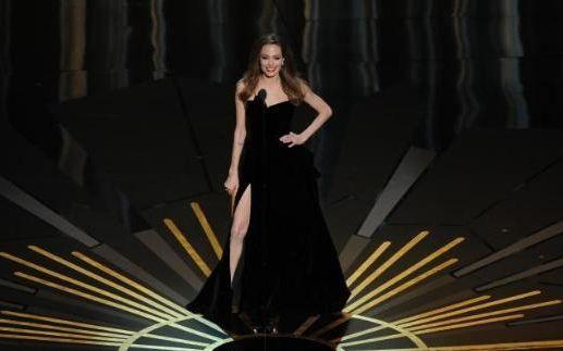 Bu dekolte için twitter'da özel hesap bile açıldı  Angelina Jolie, herhangi bir dalda aday olmadığı halde 84'üncü Oscar törenine damga vurdu. Üstelik sadece yırtmacı ve sağ bacağıyla!   Sevgilisi Brad Pitt ve onun anne- babasıyla kırmızı halıda yürüyen Jolie, Atelier Versace imzalı siyah elbisesinin derin yırtmacı ile bütün dünyanın dikkatini çekti. Güzel yıldızın yırtmacını vurgulamak için sürekli sağ bacağını ön plana çıkarması da sosyal paylaşım sitelerinde espri konusu oldu.