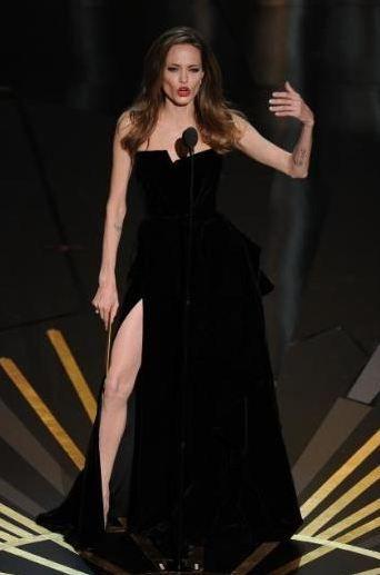 Yeni film gelecek Aralık ayında gösterime giriyor. Daniel Day Lewis ve Angelina Jolie başrolde: Sağ Bacağım.(Daniel Day Lewis'e Oscar ödülü getiren Sol Ayağım filmine gönderme yapıyor.)