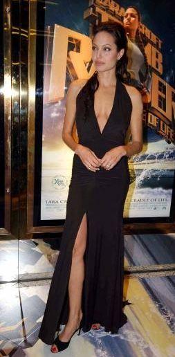 Jolie'nin yırtmaç takıntısı   Aslında Oscar gecesi Jolie'nin derin yırtmaçlı elbise takıntısını bir kez daha gözler önüne serdi. İşte onun yırtmaçlı elbiseyle kırmızı halıya çıktığı etkinliklerden kareler.