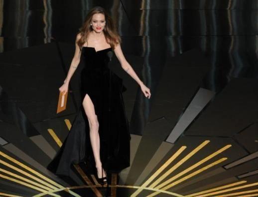 Twitter'da en çok konuşulan konu olan Angelina Jolie'nin yırtmacından görünen sağ bacağı ile ilgili dakikada 4 bine yakın tweet girildi.   Bu arada düyanın dört bir yanından yüzlerce kişi de tıpkı Jolie gibi sağ bacağını gösteren fotoğraflar çektirip sosyal paylaşım sitelerine yükledi. Ünlü yıldız böylece Angelina Jolie'ing denilen yepyeni bir akım başlattı.