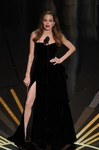 Angelina Jolie'nin sağ bacağına bir onur Oscar'ı verebilir miyiz acaba.