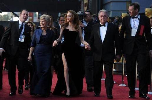 Angelina Jolie'nin sağ bacağının artık kendine özel bir twitter hesabı var.