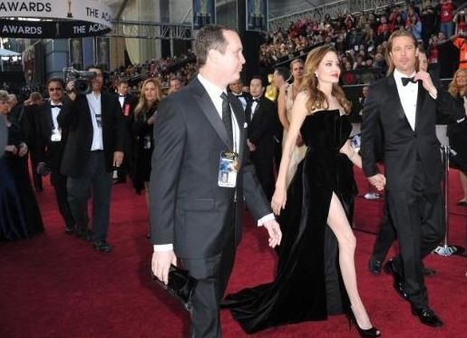 Angelina Jolie'nin sağ bacağı Oscar gecesini salladı.