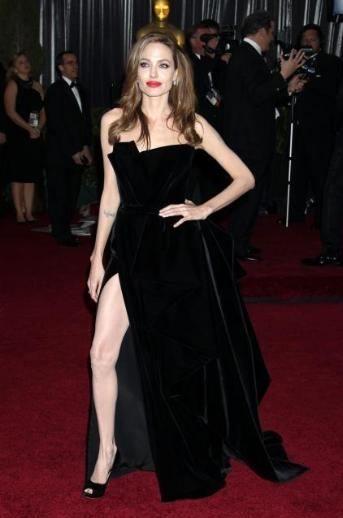 Angelina Jolie, tören gecesi bacakları olduğunu bütün dünyaya böyle gösterdi.