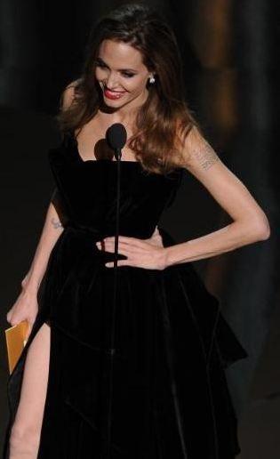 Angelina Jolie pergele benzemiş.