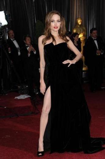 Angelina Jolie bacaklarıyla interneti bombaladı.