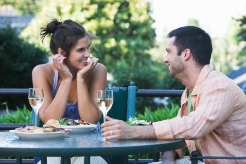 5- Birbirinizin fikirlerine saygı duyun: Eşinizin bir konu hakkındaki fikirlerine ya da hayallerine değer verin. Katılmasanız dahi onun ortaya koyduğu fikirlere saygı duyun ve sonuna kadar dinleyin.