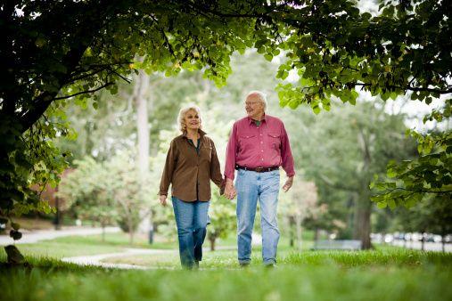 """Çevremizde bazen el ele yürüyen yaşlı çiftler görür, """"Onlar nasıl ilk günkü gibi mutlu olmayı başarıyor?"""" diye merak ederiz. Siz de böylesine mutlu bir evlilik için Uzman Psikolojik Danışman Dr. Cem Keçe'nin tavsiyelerine kulak verip bunları uygulayabilirsiniz."""