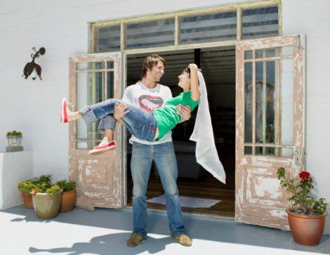 6- Evliliğinizi monotonluktan kurtarmak için yenilikler yapın: Kaliteli zaman geçirmek için olanaklar yaratın. Ona beklenmedik küçük sürprizler yapın. Özel bir gün olmasa dahi ona küçük bir hediye alın. Birlikte vakit geçirmek için fırsat kollayın. Ortak zevklerinize uygun paylaşımlar yaratın.