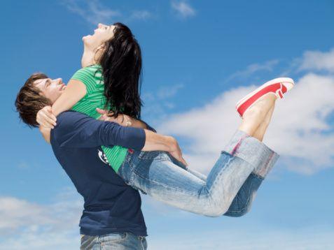 1- Mutlu anlar yaşayın: Bankada bir hesap açtığınızı düşünün. Bu hesaba ne kadar mutlu an yatırırsanız ilişkiniz de o kadar mutlu ve uzun ömürlü olur. Amacınız hesabınızı mutlulukla doldurmak olmalı.